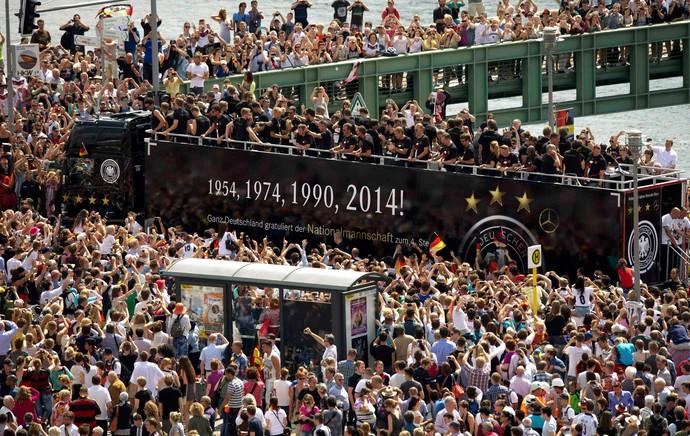 Jogadores Alemanha carro aberto festa BErlim (Foto: Agência Reuters)