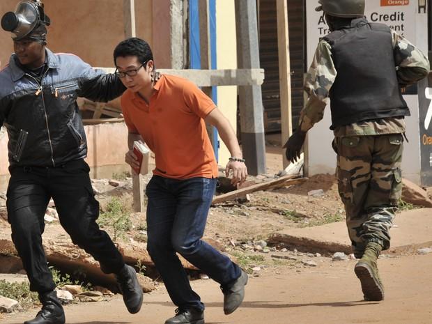 Reféns de hotel invadido por extremistas eram de diversas nacionalidades (Foto: AFP Photo/Habibou Kouyate)