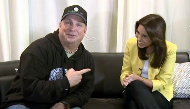 'Estou apaixonado por ela', brincou Garth Brooks com a repórter da EPTV Ribeirão Preto (Foto: Reprodução / EPTV)