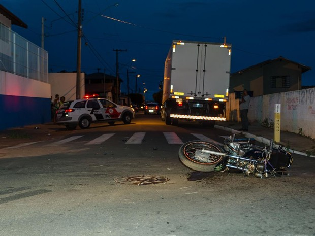 Moto bateu em caminhão durante perseguição policial (Foto: Acontece Botucatu/Divulgação)
