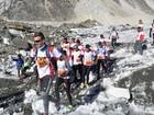 Atletas disputam a maratona do Everest cinco meses após terremoto