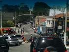 Moto e caminhão que transportava presos batem em Taubaté, SP