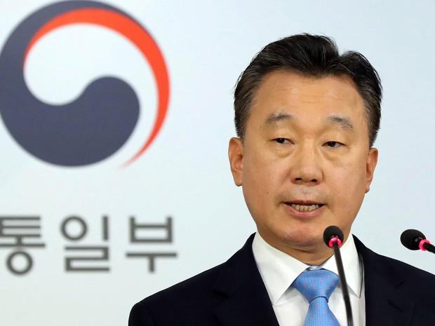 O porta-voz do Ministério sul-coreano da Unificação, Jeong Joon-hee, fala sobre o vice-embaixador norte-coreano no Reino Unido, Thae Yong-Ho, que desertou e fugiu para a Coreia do Sul, em coletiva de imprensa na quarta (17) (Foto: Kim Hyun-tae/Yonhap via AP)