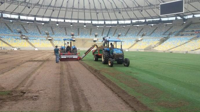 Gramado do Maracanã é retirado para as Olimpíadas (Foto: GloboEsporte.com)
