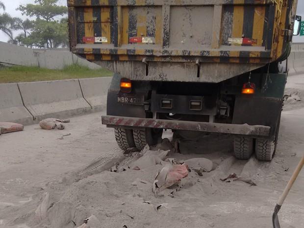 Carga de cimento caiu no início da manhã desta sexta (21) na saída da ponte Pedro Ivo (Foto: Fabio Cardoso/RBS TV)