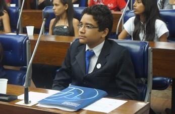 Elton Araújo ressaltou a oportunidade de conhecer mais sobre o processo legislativo como deputado mirim (Foto: André Resende/G1)