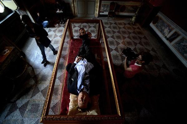 A figura de cera do ex primeiro-ministro veste terno e pantufas (Foto: Filippo Monteforte/AFP)