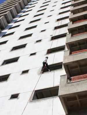 Sarah Coraline realizando rapel pela 1ª vez (Foto: Michele Carvalho)