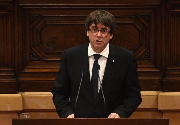 O presidente da Catalunha, Carles Puigdemont, discursa no Parlamento Catalão sobre independência da região da Espanha  (Foto: David Ramos/Getty Images)