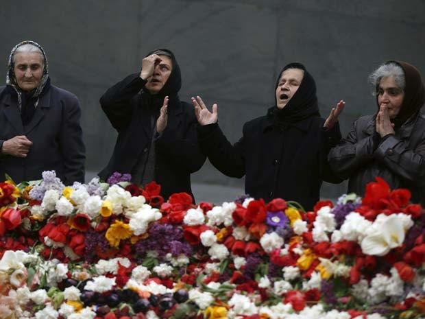 Mulheres rezam em memorial aos armênios vítimas dos massacres pelo Império Otomano durante a Primeira Guerra Mundial (Foto: REUTERS/David Mdzinarishvili)