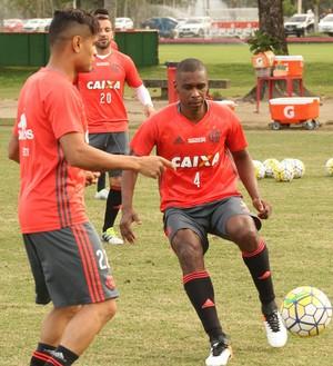 Juan treina com bola Flamengo Ninho do Urubu (Foto: Gilvan de Souza / Flamengo)