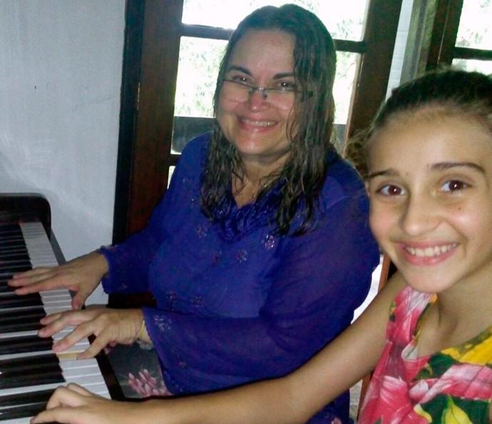 Luna Bandeira, do The Voice Kids, tocando piano com a avó, Livia (Foto: Arquivo Pessoal)