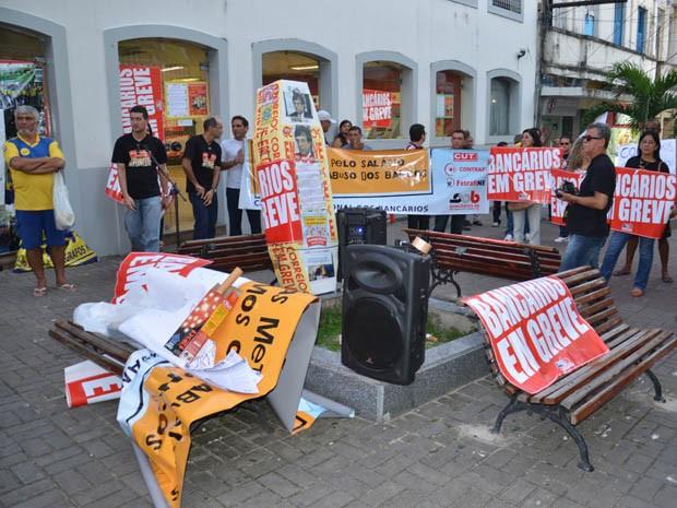 Manifestantes se reuniram em frente à agência bancária no Centro de João Pessoa (Foto: Walter Paparazzo/G1)