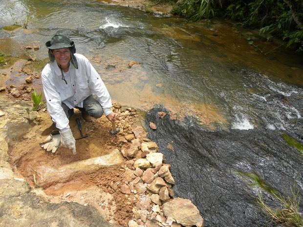 Foto registra momento em que Nava faz a escavação para retirar fóssil de dinossauro (Foto: Valter Saia/Divulgação)