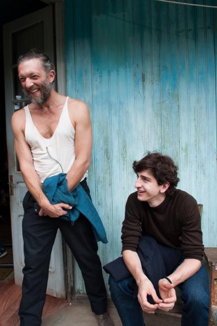 Vincent Cassel e Johnny Massaro vivem pai e filho no longa (Foto: Divulgação)