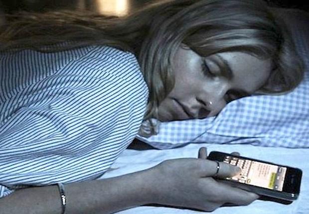 Carreira ; usar celular antes de dormir ; hábitos que fazem mal à saúde ; baixa produtividade ; luz azul ;  (Foto: Dreamstime)