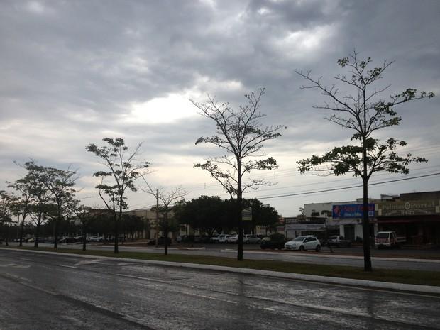 Chuva cai em Palmas nesta quinta-feira (17) (Foto: Jesana de Jesus/G1)