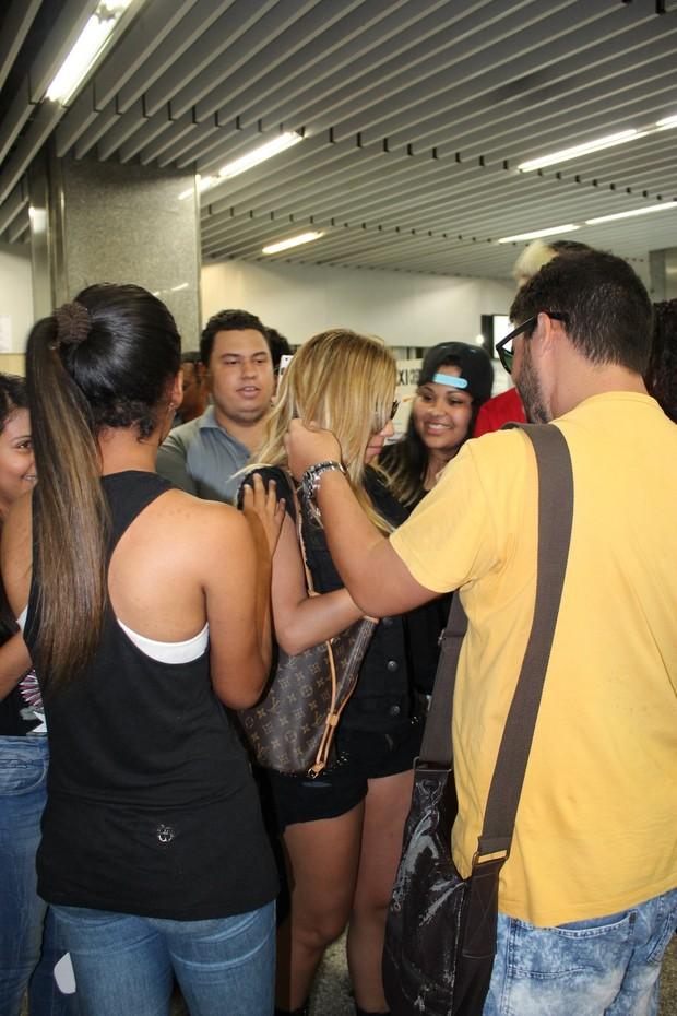 Com cabelos loiros, Anitta chega em aeroporto (Foto: Fabio Moreno/Photo RioNews)