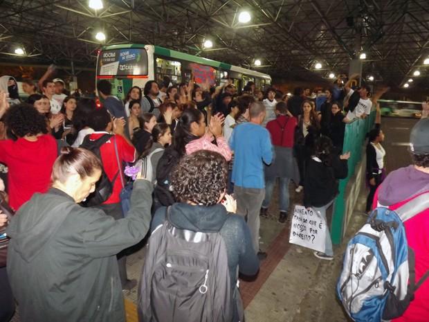 Protesto foi encerrado no Terminal Rodoviário de Santos (Foto: Ivair Vieira Jr/G1)