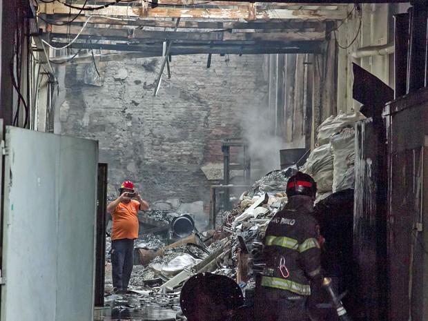 Duas vítimas ficaram feridas em incêndio em Galpão na Rua do Hipódromo, no bairro da Mooca, em São Paulo, SP, nesta sexta-feira (16) (Foto: Erick Florio/Futura Press/Estadão Conteúdo )