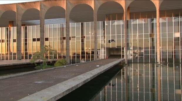 Fachada do Palácio do Itamaraty ainda tem vidros quebrados após manifestação da noite de quinta. (Foto: Reprodução/TV Globo)