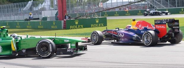 Giego van der Garde rodado após incidente com Mark Webber durante o GP do Canadá (Foto: AP)