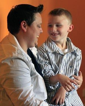 Jennifer Tyrrell, que foi expulsa de grupo de escoteiros por ser lésbica, e o filho Cruz Burns, em foto de 25 de abril (Foto: Bebeto Matthews / AP)