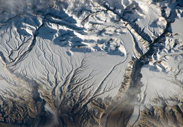 As montanhas nevadas do Himalaia são vistas próximo à fronteira entre China e Índia (Foto: NASA)