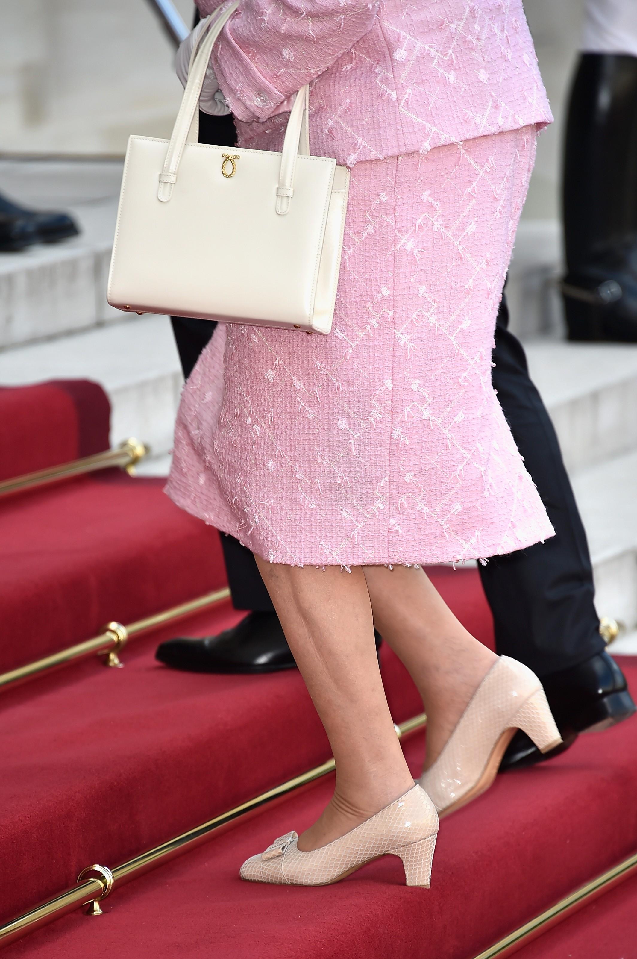 Rainha Elizabeth e uma de suas centenas de bolsas Launer (Foto: Getty Images)