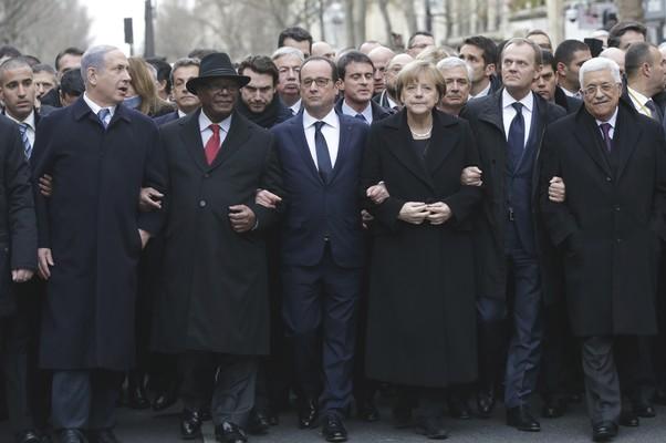 Da esquerda para a direita: Benjamin Netanyahu (primeiro-ministro de Israel); Nicolas Sarkozy (na segunda fila, ex-presidente francês); Ibrahim Boubacar Keita (presidente de Mali); François Hollande (presidente francês); Angela Merkel (chanceler alemã) (Foto: AP Photo/Philippe Wojazer, Pool)