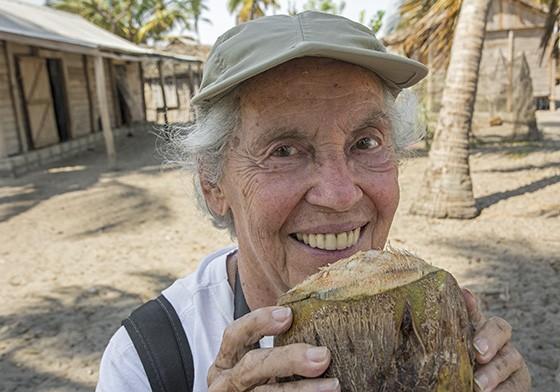 Na visita a uma comunidade de pescadores, Eva bebe água de coco para se manter hidratada (Foto: © Haroldo Castro/Época)