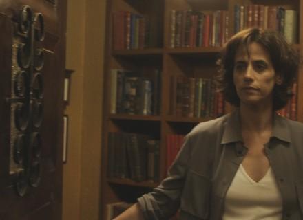 Natália perde o controle ao ver Amaral em sua casa