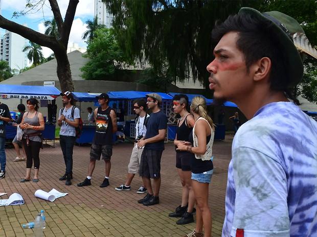 Ambientalistas, professores e estudantes se reuniram neste sábado (10) para protestar a favor da etnia dos índios Guaranis-Kaiowás, em Campinas (SP) (Foto: Marília Rastelli/ G1 Campinas)