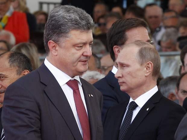 O presidente eleito da Ucrânia, Petro Poroshenko, e o russo Vladimir Putin se encontram nesta sexta (6) pela primeira vez, durante comemorações do Dia D na Normandia (Foto: AFP PHOTO / POOL / CHRISTOPHE ENA)