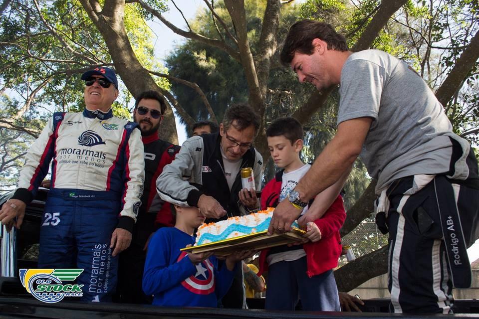Teve até comemoração de aniversário nas arquibancadas do autódromo com a Old Stock Race (Foto: Barbara Bonfin/OSR)