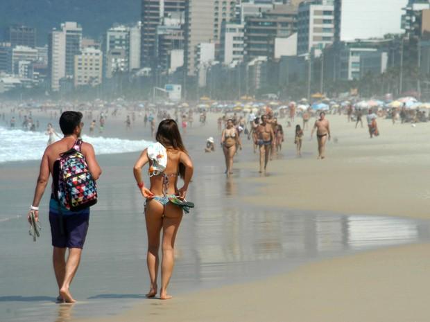Banhistas aproveitam o calor na praia de Ipanema, na zona sul do Rio de Janeiro (Foto: Alessandro Buzas/Futura Press/Estadão Conteúdo)