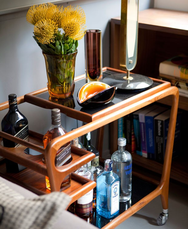 Apartamento, decoração, arquiteto, maicon, antoniolli, carrinho, de, chá, imbuia, bar, mesa, lateral (Foto: Marco Antonio/Editora Globo)