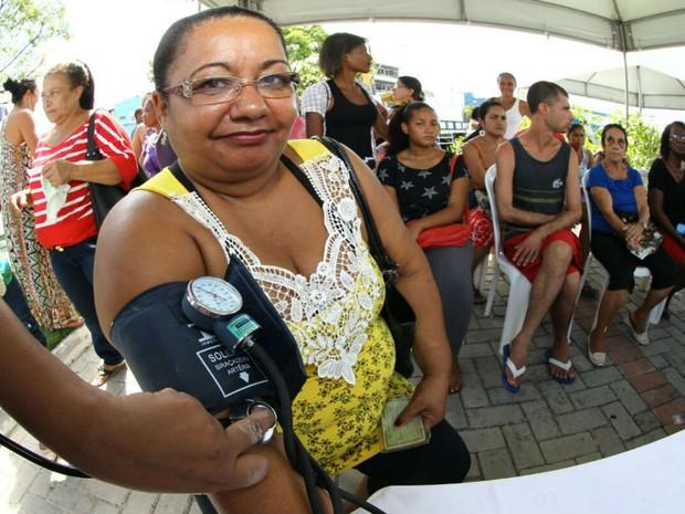 Serviços como aferição da pressão arterial foram oferecidos neste domingo (Foto: Mateus Pereira/GOVBA)