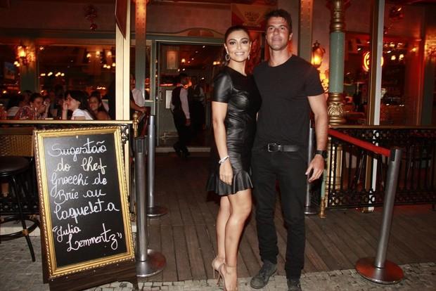 Juliana Paes e o marido (Foto: Isac Luz / EGO)