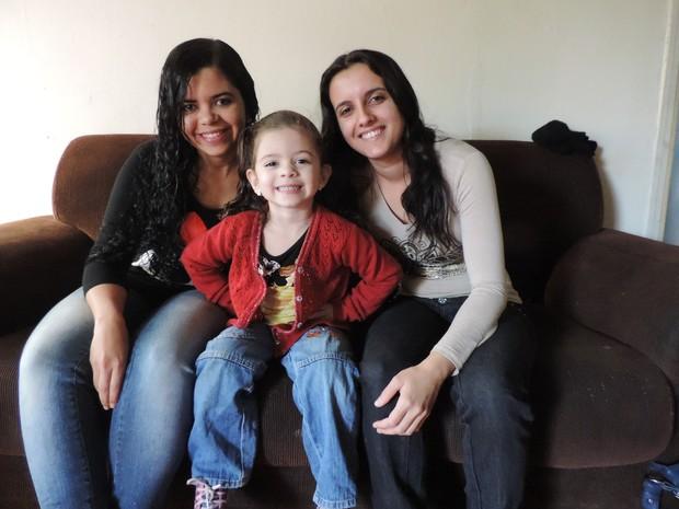 Nome das duas mães foi incluido na certidão de Rayssa (Foto: Renata Marconi/G1)