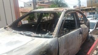 Carro carbonizado onde teria sido encontrado o corpo da cantora Loalwa (Foto: Lucas Pasin/EGO)