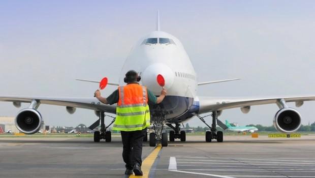 Aeroviários ; trabalhador orienta pouso de aeronave em aeroporto (Foto: Divulgação)
