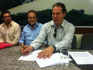 Prefeito Ruy Muniz assina projeto de lei referente a criação do Amasb.  (Foto: Alexandre Fonseca/G1)