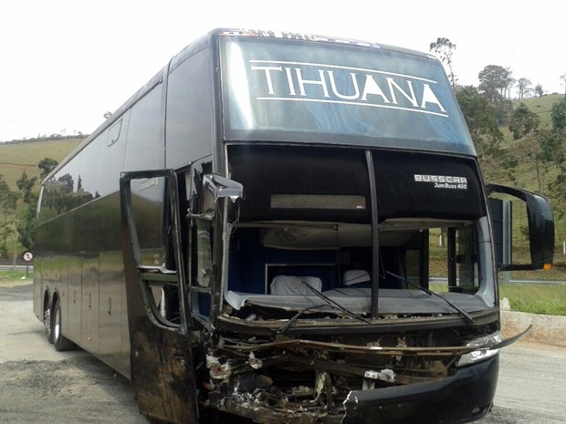 Ônibus da Banda Tihuana ficou com a frente destruída em Camanducaia (Foto: Thiago Luz / EPTV)