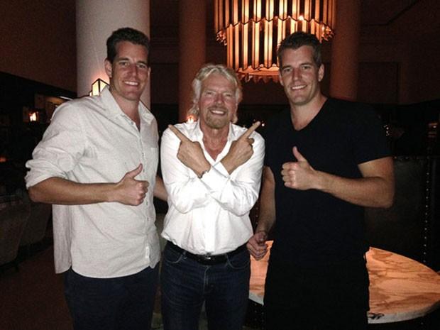 Os gêmeos Tyler e Cameron Winklevoss ao lado de Richard Bransson, da Virgin Galactic, empresa de turismo espacial que aceita bitcoins. (Foto: Divulgação/Winklevoss Capital)