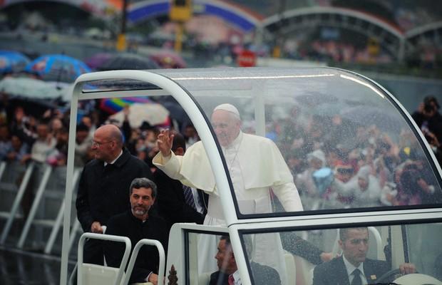 O padre Alexandre Awi Mello acompanha o Francisco dentro do papamóvel, durante a visita a Aparecida, em 22 de julho de 2013 (Foto: Marcelo Camargo/Agência Brasil)