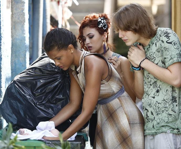 Os três ficam surpresos ao ver a filha de Margot no meio dos sacos de lixo (Foto: Raphael Dias/Gshow)