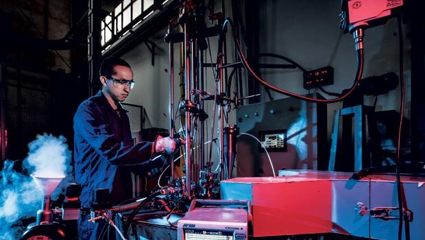 Tecnologia;Ideias;Ciência;Superímã;Alquimia Funcionário do IPT manipula equipamento onde foram produzidos os cem gramas do metal dos superímãs (Foto: Fabiano Accorsi)