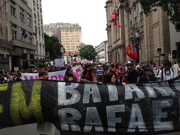 Manifestantes ocupavam a Rua Primeiro de Março em torno de 17h15. (Foto: Isabela Marinho / G1)