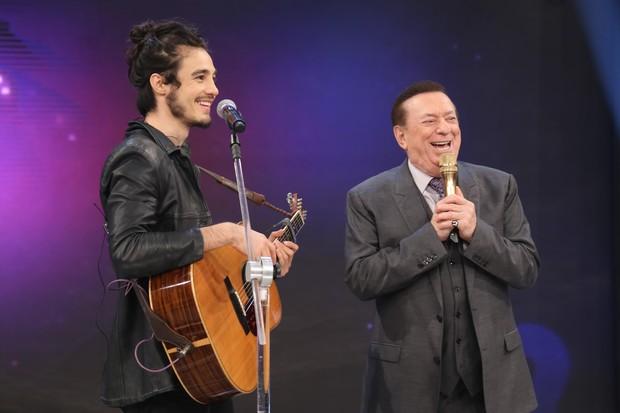 Tiago Iorc e Raul Gil (Foto: Rodrigo Belentani / SBT)